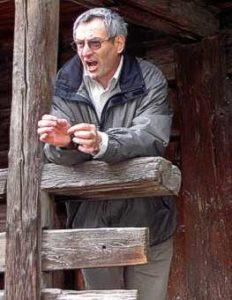 Der engagierte Sekundarlehrer Paul Willisch beim Vortrag auf dem Dorfrundgang durch Stalden